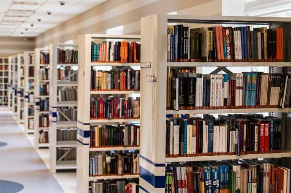 estanterias en la biblioteca