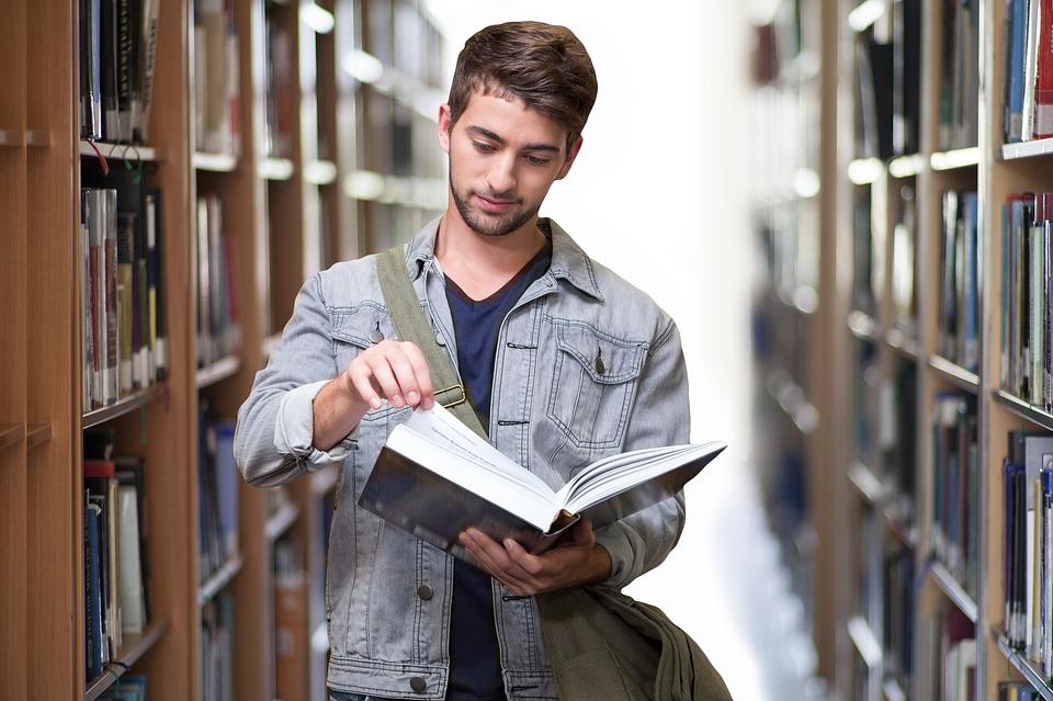 lector en biblioteca
